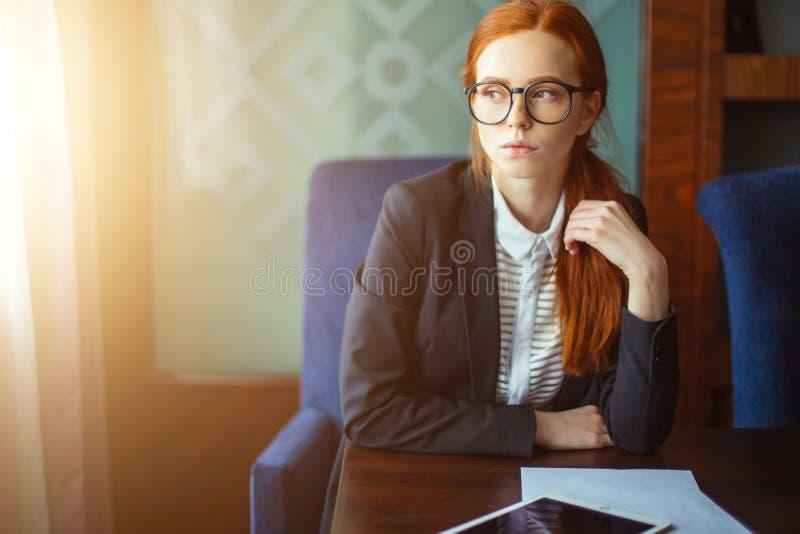 Empresaria joven que usa el ordenador de la tablilla fotos de archivo