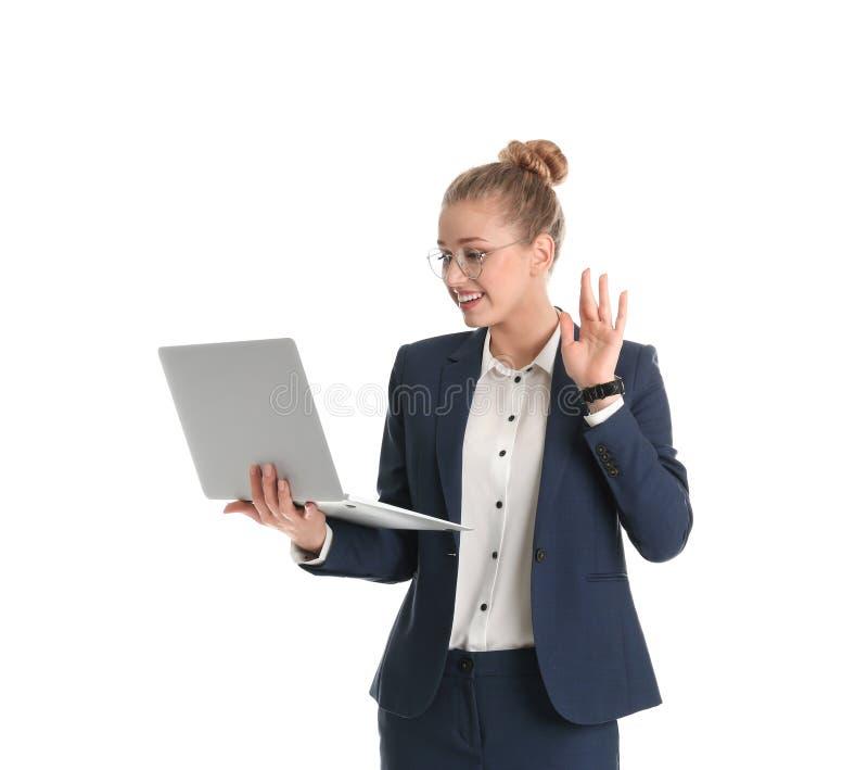 Empresaria joven que usa el ordenador portátil en blanco fotos de archivo