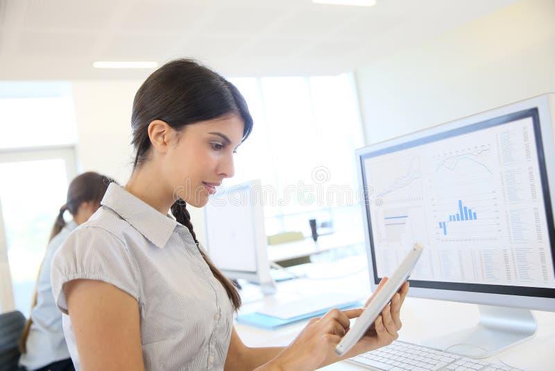 Empresaria joven que usa la tableta foto de archivo