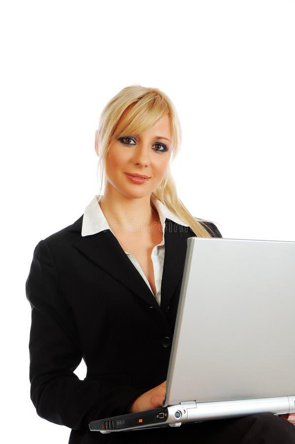 Empresaria joven rubia con la computadora portátil imágenes de archivo libres de regalías