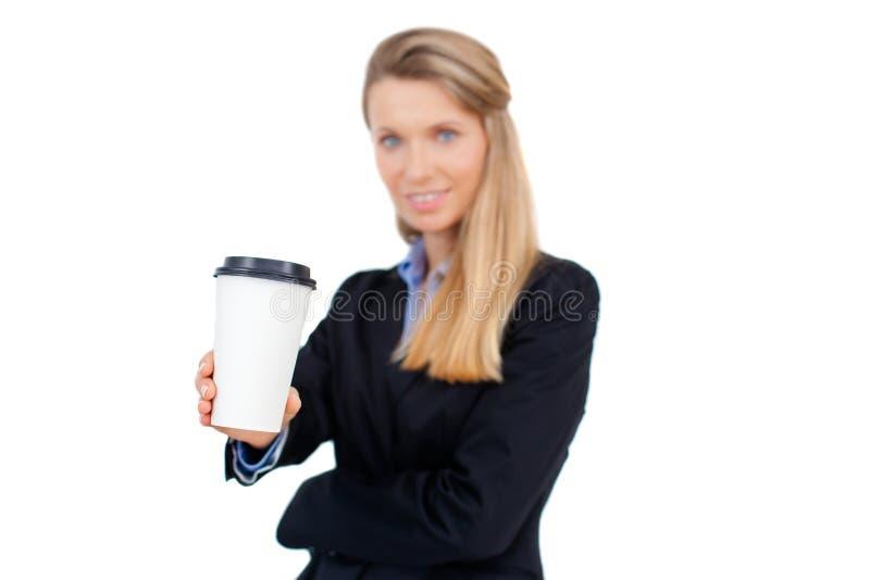 Empresaria joven rubia hermosa que sostiene una taza de café imagenes de archivo