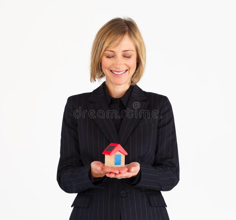 Empresaria madura que soña sobre una casa fotos de archivo