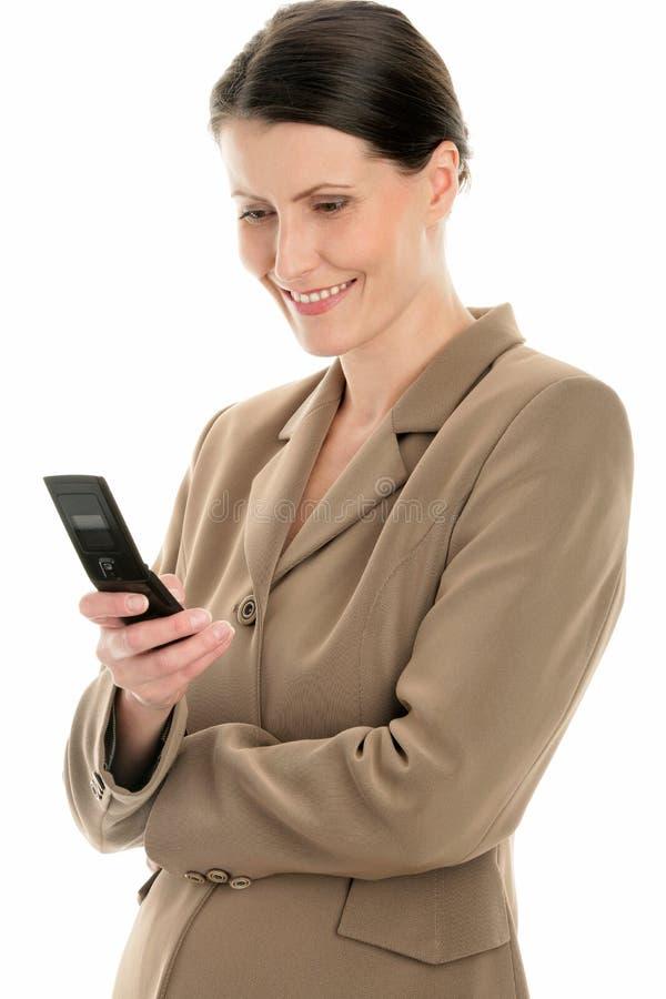 Empresaria madura que usa el teléfono celular foto de archivo
