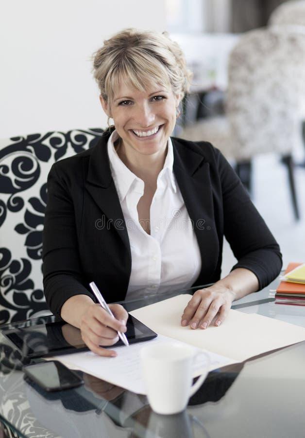 Empresaria madura Working At Home imagenes de archivo