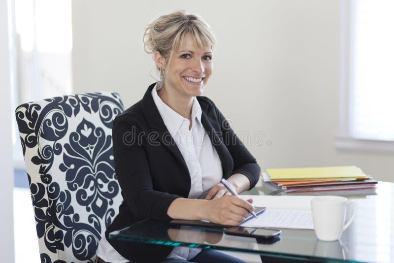Empresaria madura Working At Home imagen de archivo libre de regalías