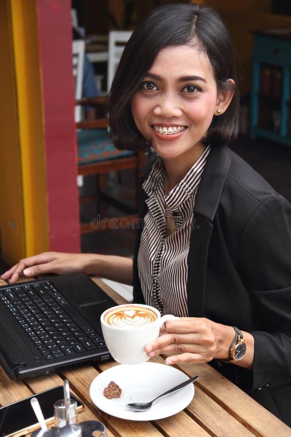 Empresaria moderna en una tienda del coffe fotos de archivo