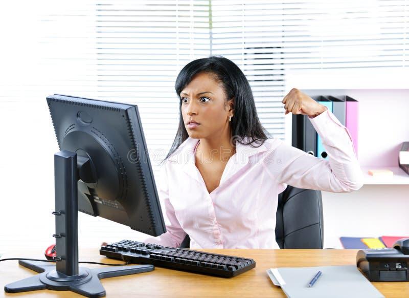 Empresaria negra enojada en el escritorio imágenes de archivo libres de regalías