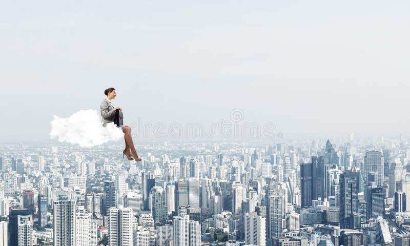 Empresaria o contable en la nube que flota arriba sobre ciudad moderna imagenes de archivo