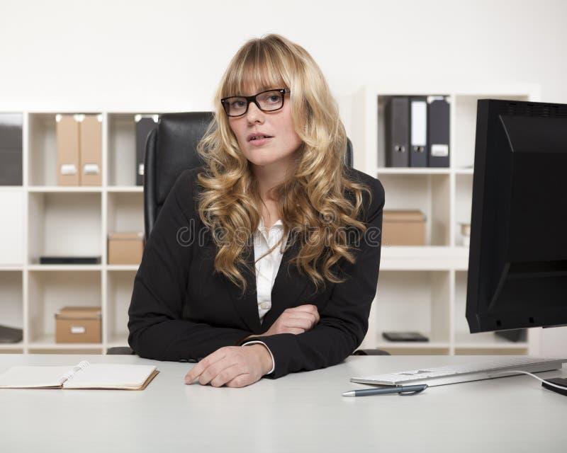 Empresaria o gerente joven en vidrios imagenes de archivo