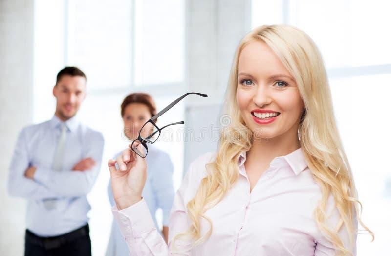 Empresaria o secretaria sonriente en oficina fotos de archivo libres de regalías
