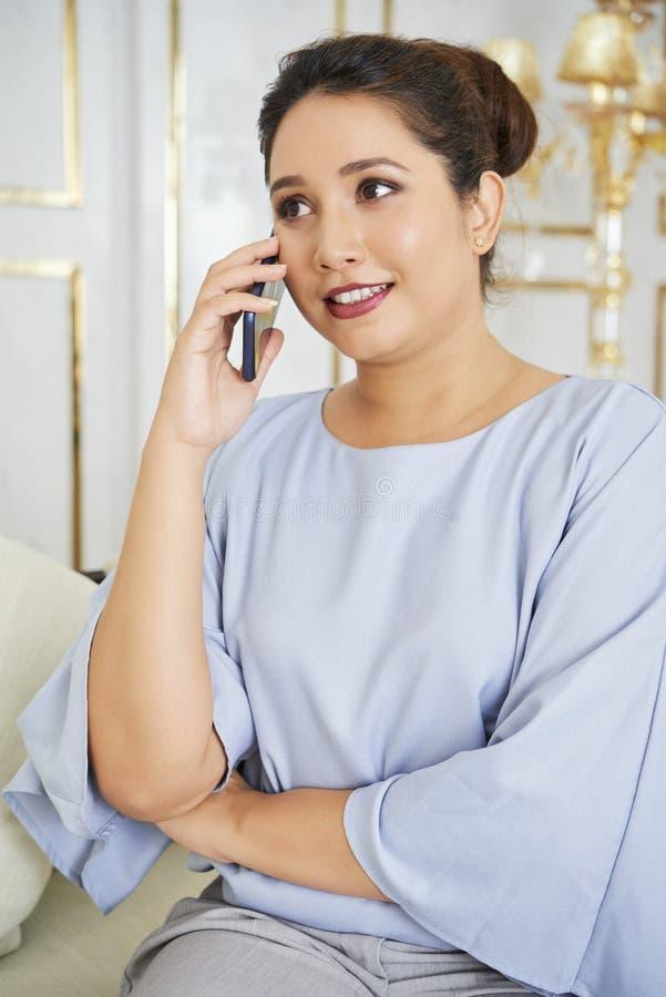 Empresaria ocupada en el teléfono imagen de archivo libre de regalías