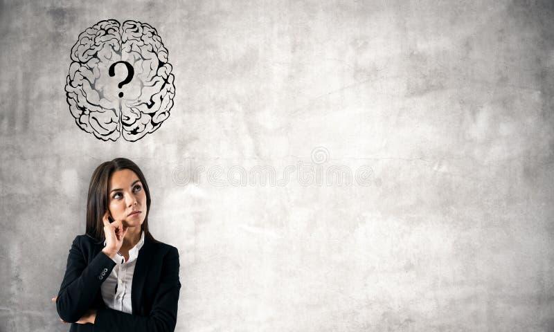Empresaria pensativa con la pregunta del cerebro imágenes de archivo libres de regalías