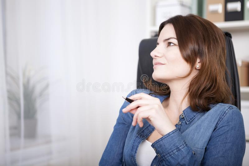Empresaria pensativa Sitting en su silla imagen de archivo libre de regalías