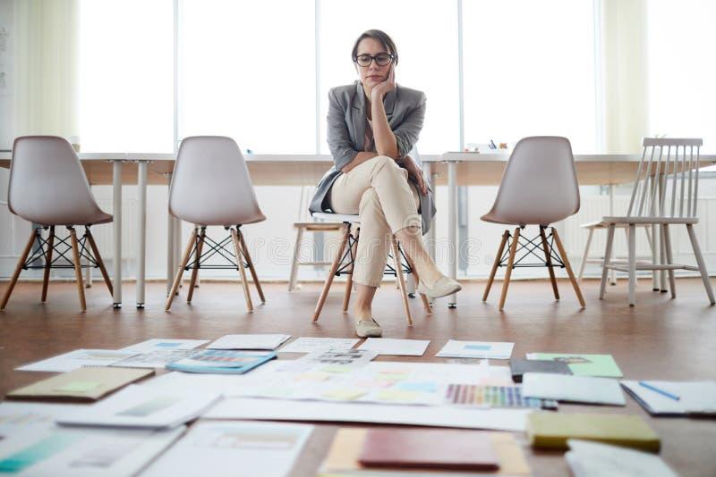 Empresaria Planning Project en oficina vacía fotos de archivo libres de regalías