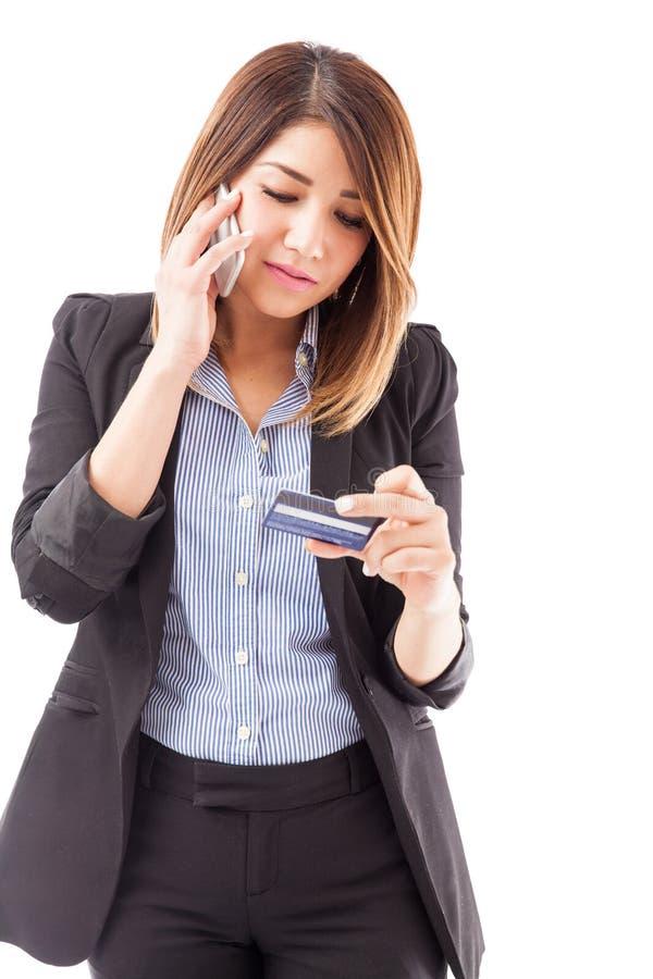 Empresaria que activa su tarjeta de crédito fotografía de archivo libre de regalías