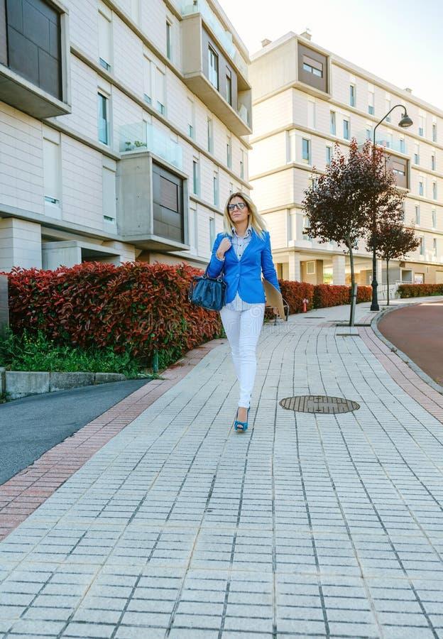 Empresaria que camina abajo de la calle fotografía de archivo