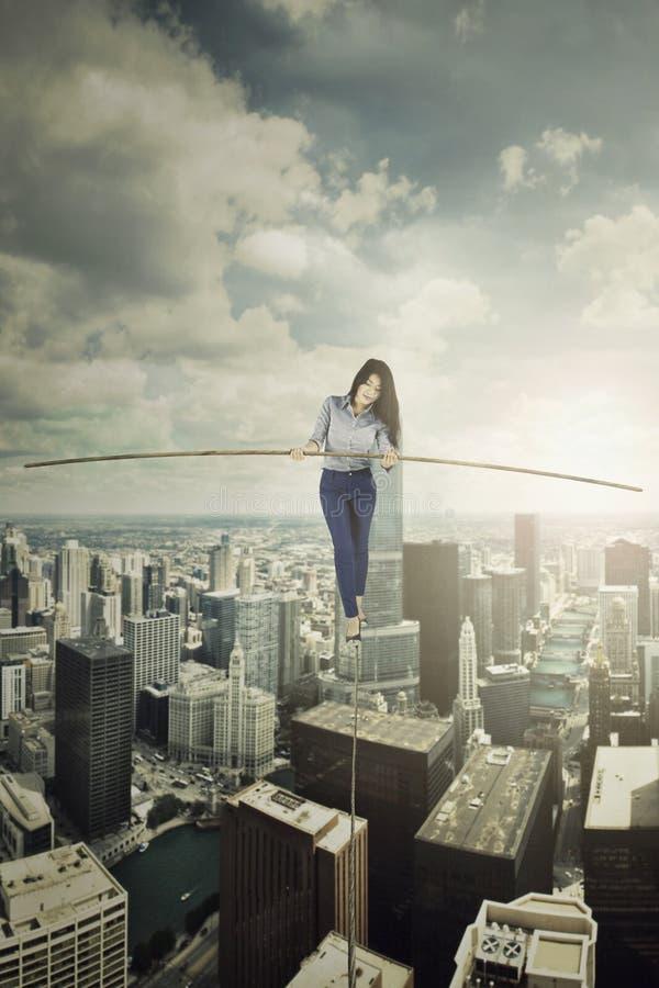 Empresaria que camina con un palillo en la cuerda foto de archivo libre de regalías