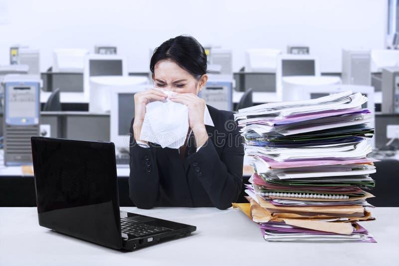 Empresaria que estornuda fotos de archivo libres de regalías