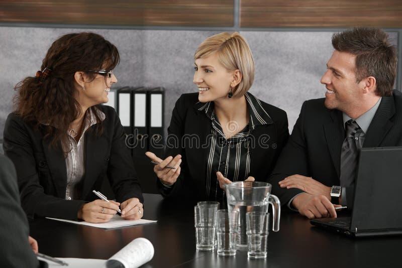 Empresaria que explica en la reunión imagen de archivo
