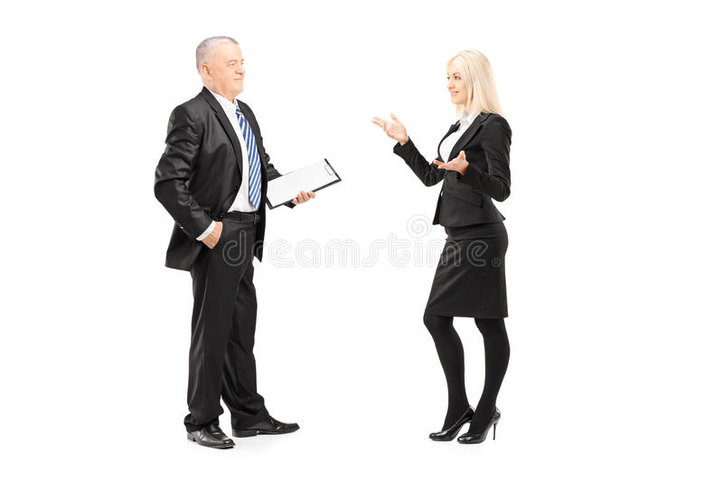 Empresaria que explica una idea a su jefe imagen de archivo