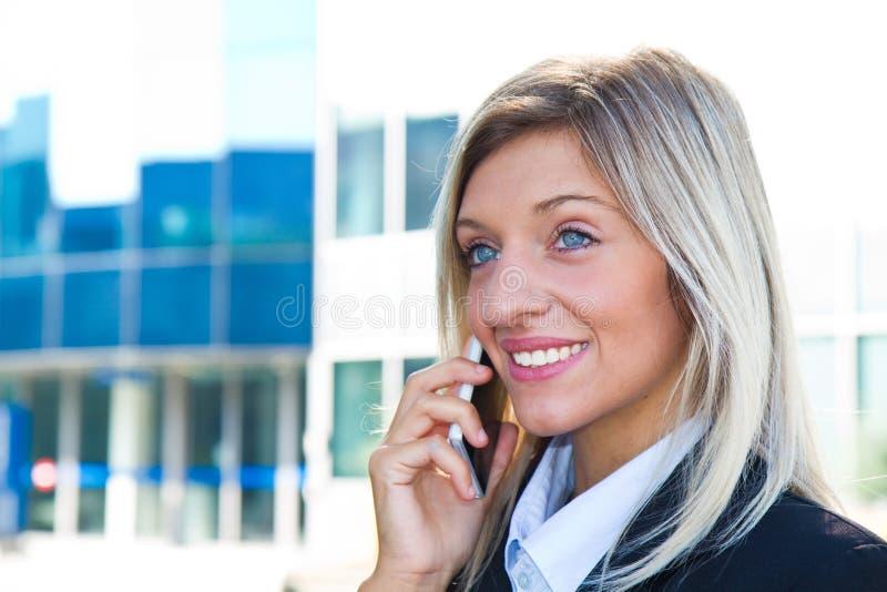 Empresaria que habla en el teléfono foto de archivo libre de regalías