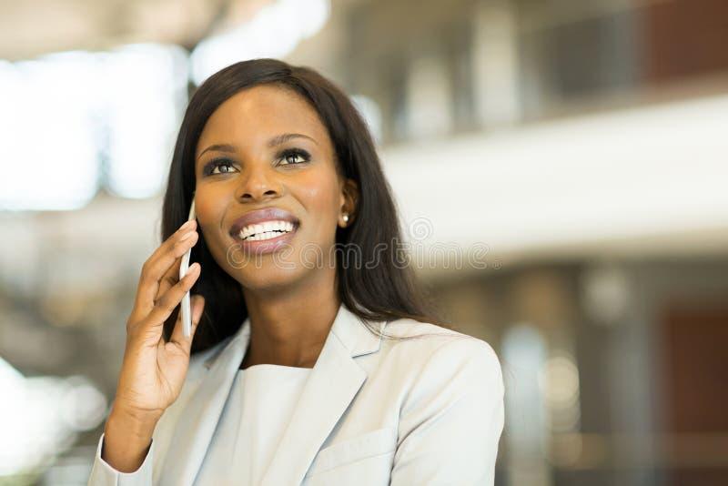 Empresaria que habla en el teléfono celular imagenes de archivo