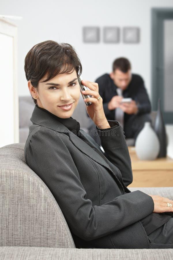 Empresaria que habla en el teléfono móvil foto de archivo libre de regalías