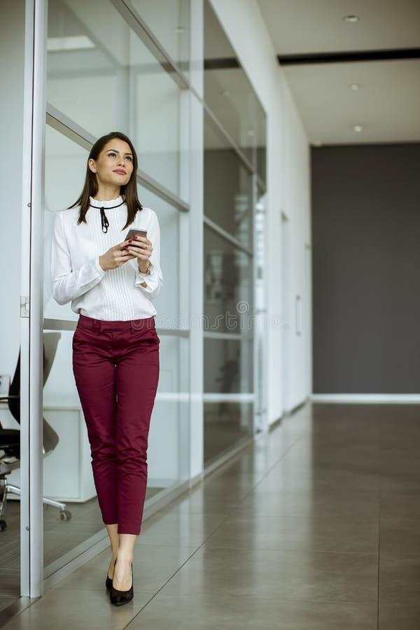 Empresaria que habla en el teléfono móvil imagen de archivo