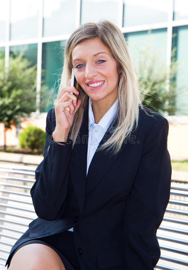 Empresaria que habla en el teléfono móvil fotos de archivo