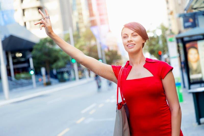 Empresaria que intenta coger un taxi foto de archivo libre de regalías