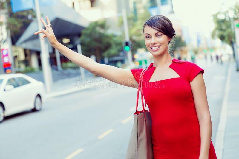 Empresaria que intenta coger un taxi fotografía de archivo libre de regalías