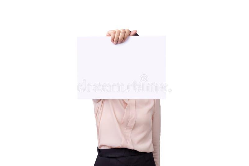 Empresaria que lleva a cabo la muestra blanca en blanco del papel de tablero del cartel con el espacio vacío de la copia aislado  fotografía de archivo