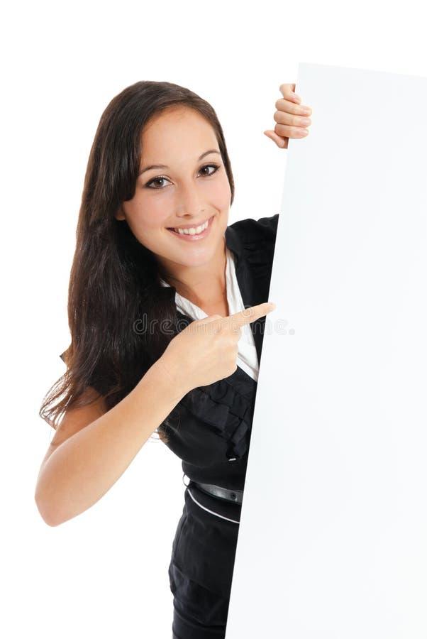 Empresaria que lleva a cabo la muestra vacía en blanco blanca de la cartelera con la copia foto de archivo