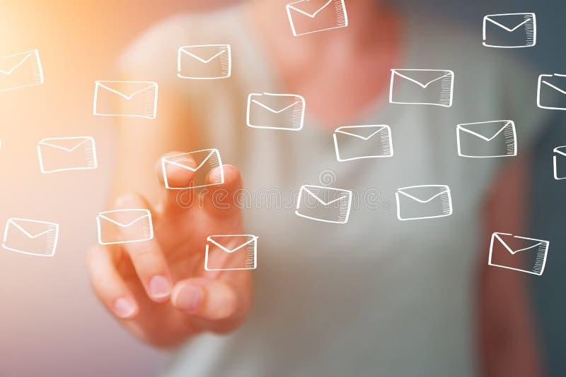 Empresaria que lleva a cabo y que toca bosquejo flotante de los correos electrónicos stock de ilustración