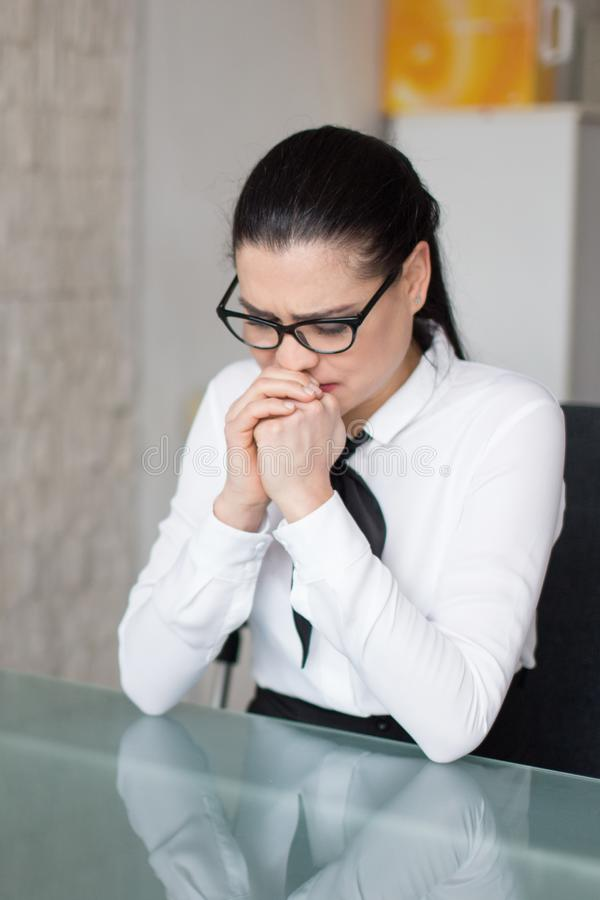 Empresaria que llora sobre su situación en trabajo foto de archivo libre de regalías