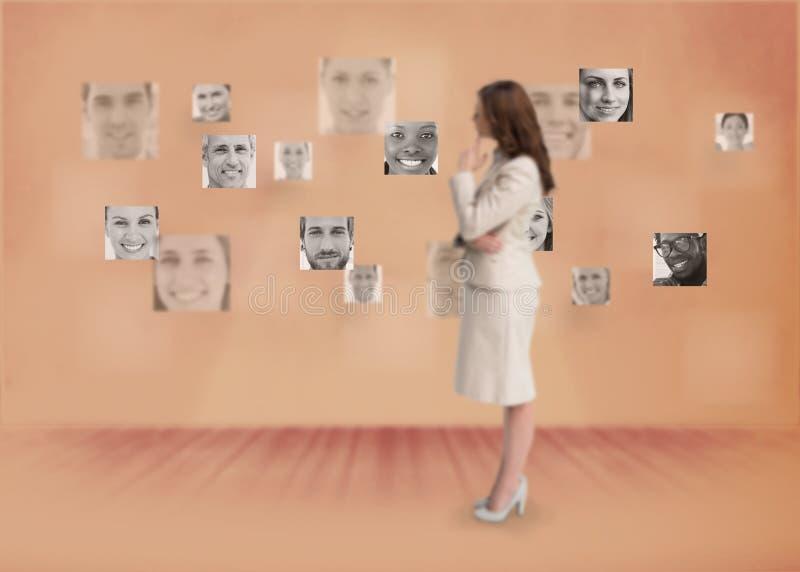 Empresaria que mira el interfaz digital fotos de archivo