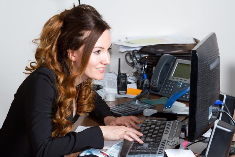Empresaria que mira el monitor del ordenador imagen de archivo libre de regalías