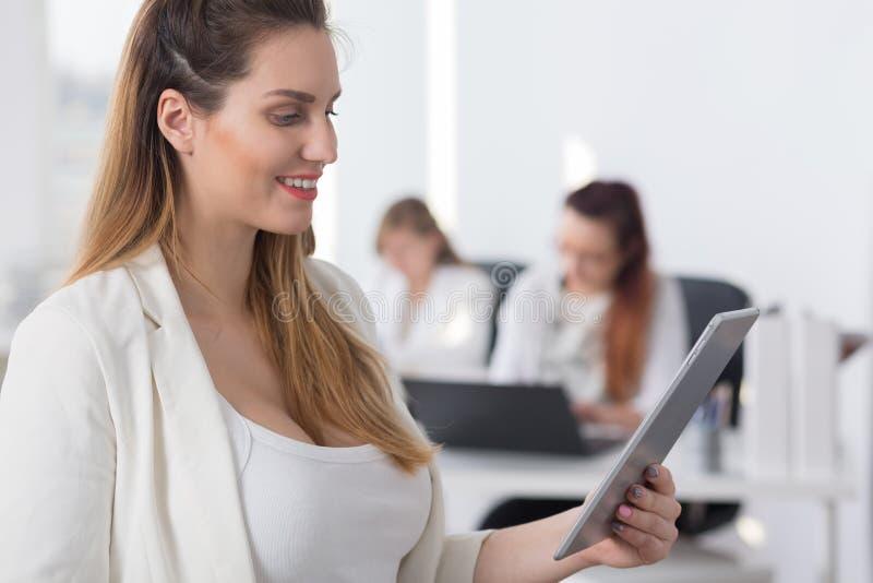 Empresaria que mira la pantalla de la tableta imagen de archivo libre de regalías