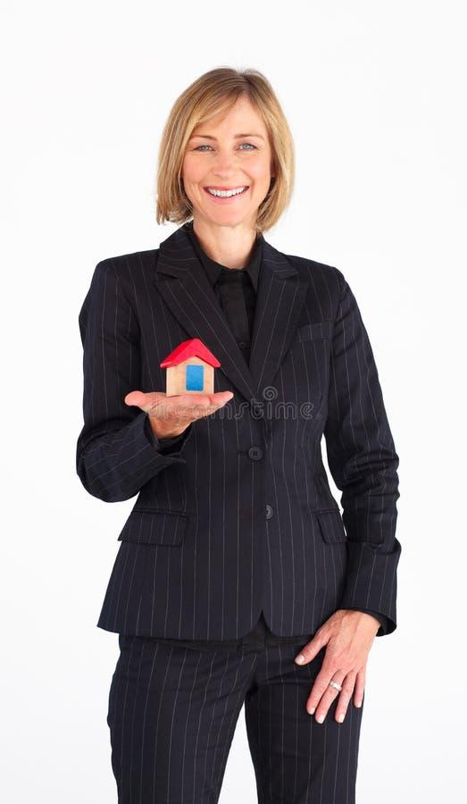 Empresaria que presenta un modelo de la casa imagenes de archivo