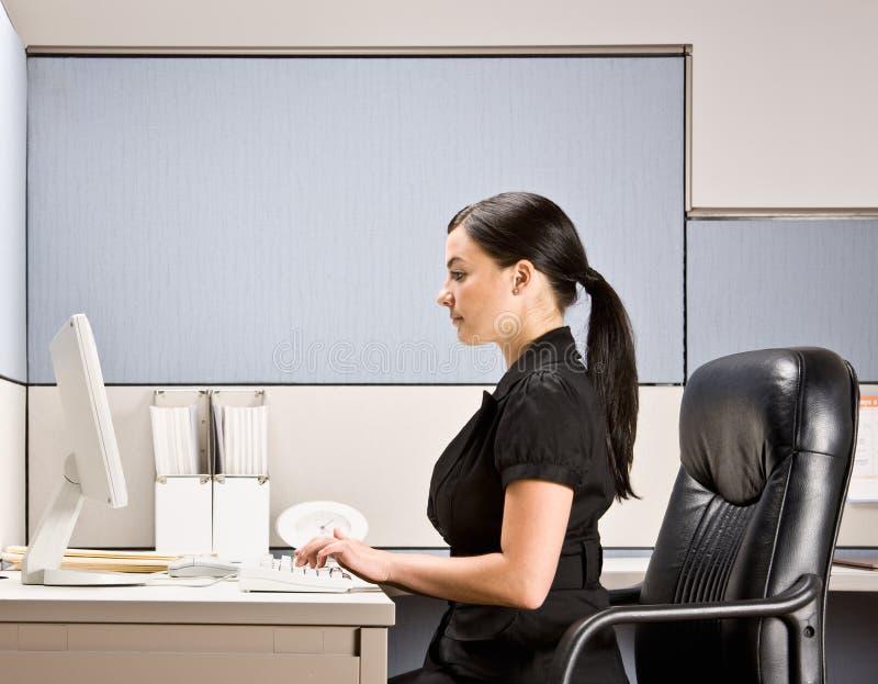 Empresaria que pulsa en el ordenador en el escritorio fotos de archivo libres de regalías