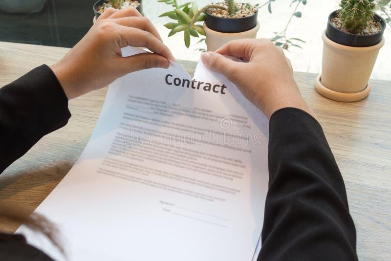 Empresaria que rasga para arriba un contrato foto de archivo
