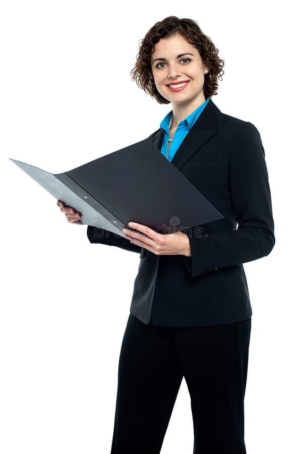 Empresaria que revisa documentos de la compañía fotografía de archivo