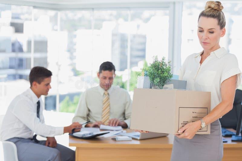 Empresaria que sale de la oficina después de ser encendido imagenes de archivo