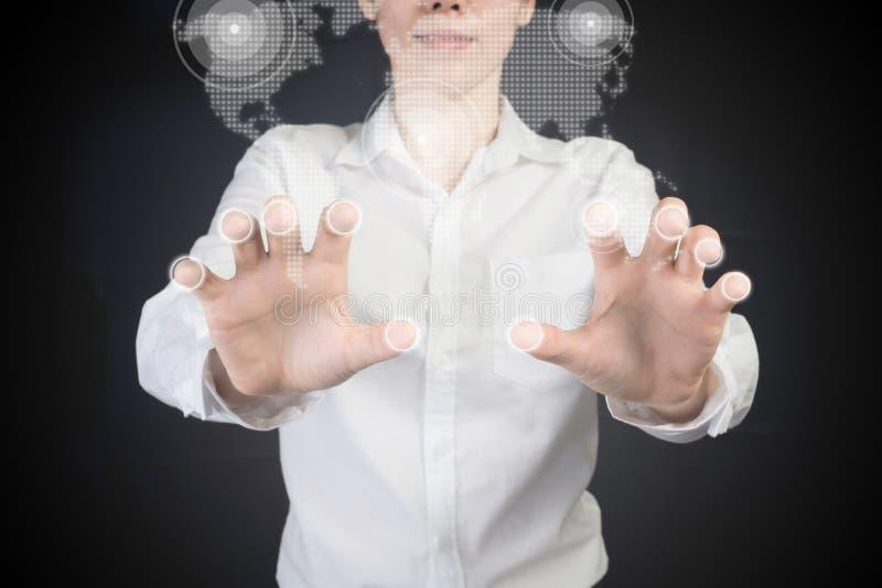 Empresaria que señala el finger en control virtual del mapa fotos de archivo