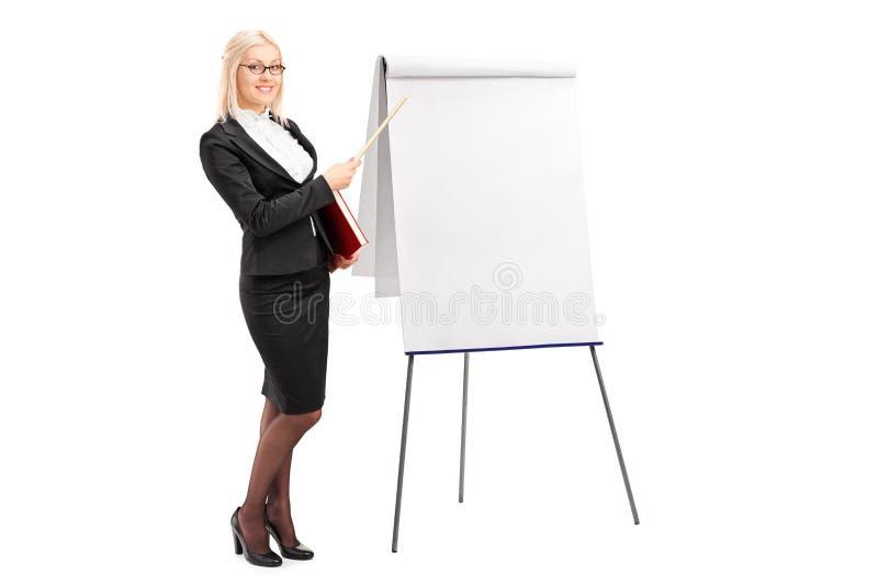 Empresaria que señala en tablero de la presentación imagenes de archivo