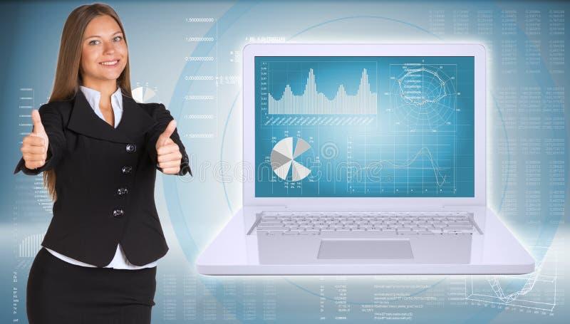 Empresaria que se coloca con el ordenador portátil abierto ilustración del vector