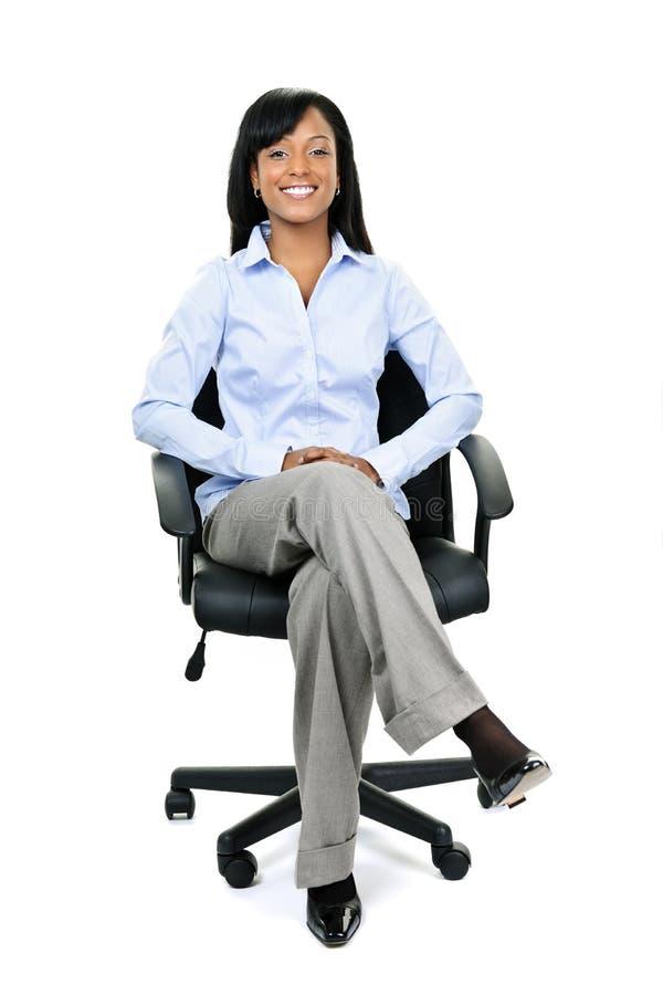 Empresaria que se sienta en silla de la oficina fotos de archivo