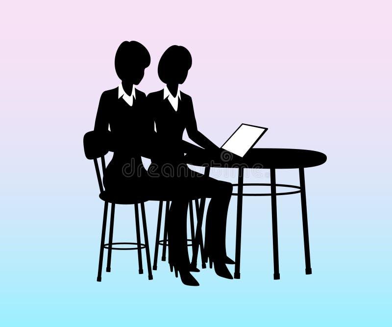 Empresaria que se sienta en una tabla con el ordenador, hablando con los empleados stock de ilustración