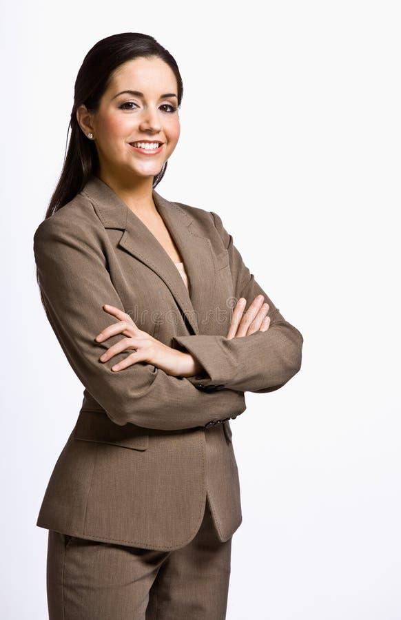 Empresaria que sonríe con los brazos cruzados foto de archivo
