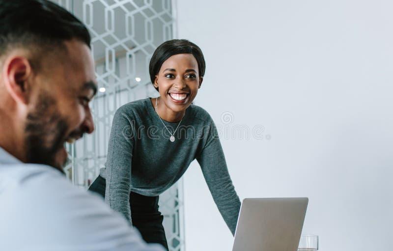 Empresaria que sonríe durante la presentación foto de archivo